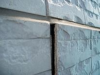 反った壁面は、当然すき間ができそこから水が入り、さらに家の中に浸透してしまうのです。