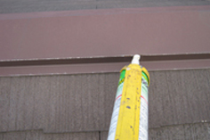 屋根の釘を打った後に、コーキング材で埋める